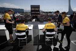 Jolyon Palmer, Renault Sport F1 Team y Nico Hulkenberg, Renault Sport F1 Team firma autógrafos para los fans