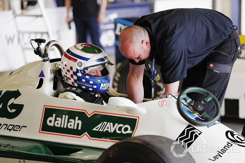 Марк Хазель готовится к заезду на Williams FW07B Карлоса Рейтемана