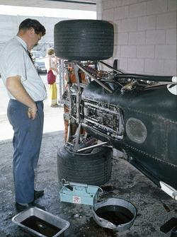 1969: Tim Parnell neben dem BRM P138