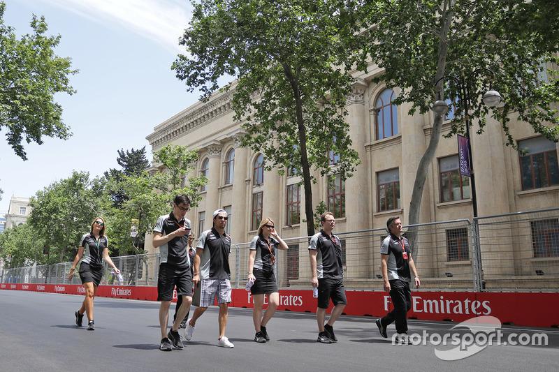 Серхіо Перес, Sahara Force India F1, прогулюється трасою з командою