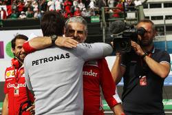 Руководитель команды Ferrari Маурицио Арривабене, и совладелец и исполнительный директор Mercedes AM