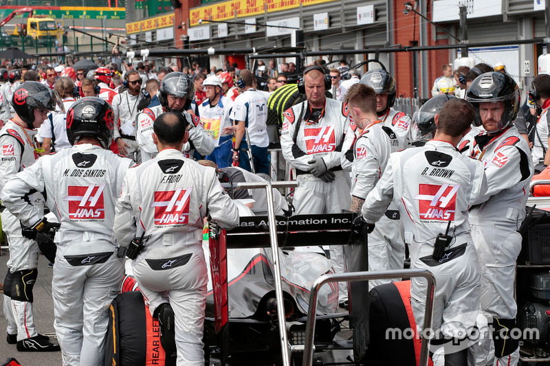 Esteban Gutierrez, Haas F1 Team VF-16 in the pits with the race stopped