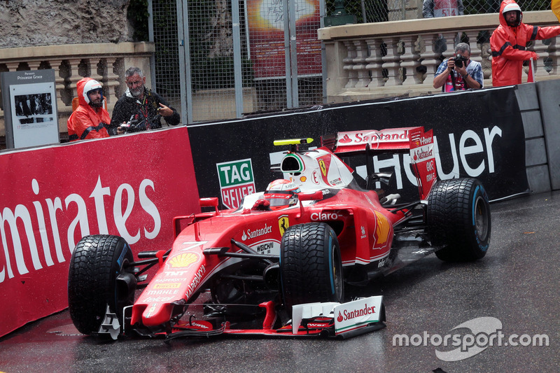 Kimi Raikkonen, Ferrari SF16-H runs wide and breaks his front wing