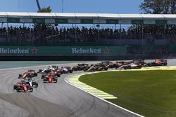 Sebastian Vettel, Ferrari SF70H, Valtteri Bottas, Mercedes AMG F1 W08, Kimi Raikkonen, Ferrari SF70H, Max Verstappen, Red Bull Racing RB13, Fernando Alonso, McLaren MCL32, y el resto de la parrilla en la salida