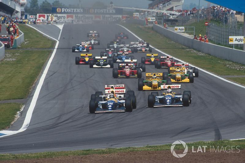 Damon Hill lidera a Alain Prost, both Williams FW15C Renault's, Ayrton Senna, McLaren MP4/8 Ford, Michael Schumacher, Riccardo Patrese, both Benetton B193B Ford's, Jean Alesi, Ferrari F93A, y Michael Andretti, McLaren MP4/8 Ford, al inicio