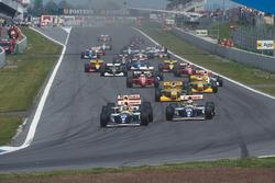 Деймон Хілл попереду Алане Проста, обидва на Williams FW15C Renault, Айртон Сенна, McLaren MP4/8 Ford