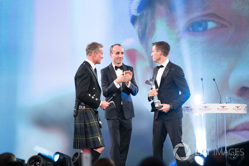 Robert Kubica presenta el premio al piloto de Rally del año a Sébastien Ogier