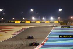 Daniel Ricciardo, Red Bull Racing RB14 Tag Heuer, leads Pierre Gasly, Toro Rosso STR13 Honda