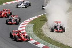 Fernando Alonso, McLaren MP4-22 Mercedes en la grava tras tratar de pasar a Felipe Massa, Ferrari F2007