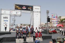 Podio los ganadores Thierry Neuville, Nicolas Gilsoul, el segundo Sebastien Ogier y el tercero Esapekka Lappi