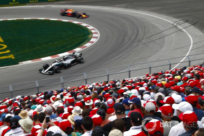 Lewis Hamilton, Mercedes AMG F1 W09, por delante de Daniel Ricciardo, Red Bull Racing RB14