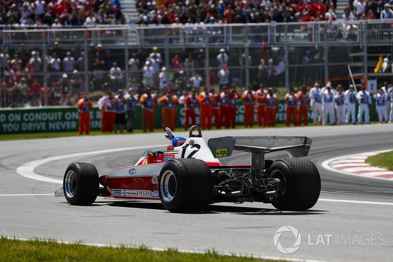 Jacques Villeneuve alla guida della Ferrari 312T3 di Gilles Villeneuve, saluta gli spettatori