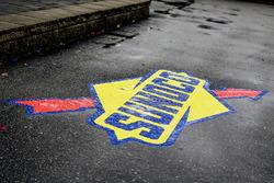Logo Sunoco racing fuel bagnato dalla pioggia