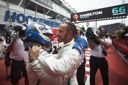 Valtteri Bottas, Mercedes AMG F1, e il vincitore della gara Lewis Hamilton, Mercedes AMG F1, festeggiano nel parco chiuso