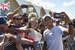 Lewis Hamilton, Mercedes AMG F1, met fans