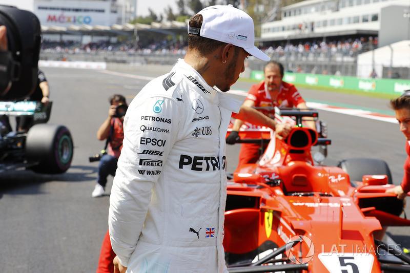 Lewis Hamilton, Mercedes AMG F1, mira el auto de Sebastian Vettel Ferrari SF70H