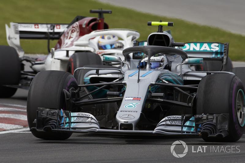 Valtteri Bottas, Mercedes AMG F1 W09, precede Marcus Ericsson, Sauber C37