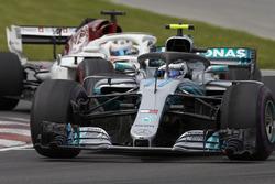 Valtteri Bottas, Mercedes AMG F1 W09, leads Marcus Ericsson, Sauber C37