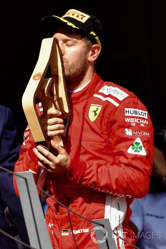 Sebastian Vettel, Ferrari embrasse son trophée sur le podium