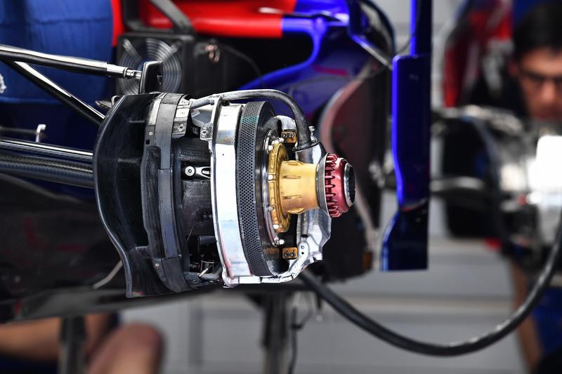 Передние тормоза и узел крепления колеса Toro Rosso STR13
