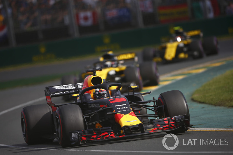 Daniel Ricciardo, Red Bull Racing RB14 Tag Heuer, leads Nico Hulkenberg, Renault Sport F1 Team R.S. 18, and Carlos Sainz Jr., Renault Sport F1 Team R.S. 18
