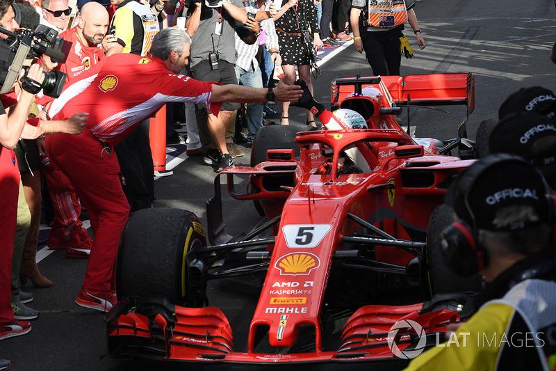Le vainqueur Sebastian Vettel, Ferrari SF71H arrive dans le Parc Fermé et fête sa victoire avec Maurizio Arrivabene, team principal Ferrari
