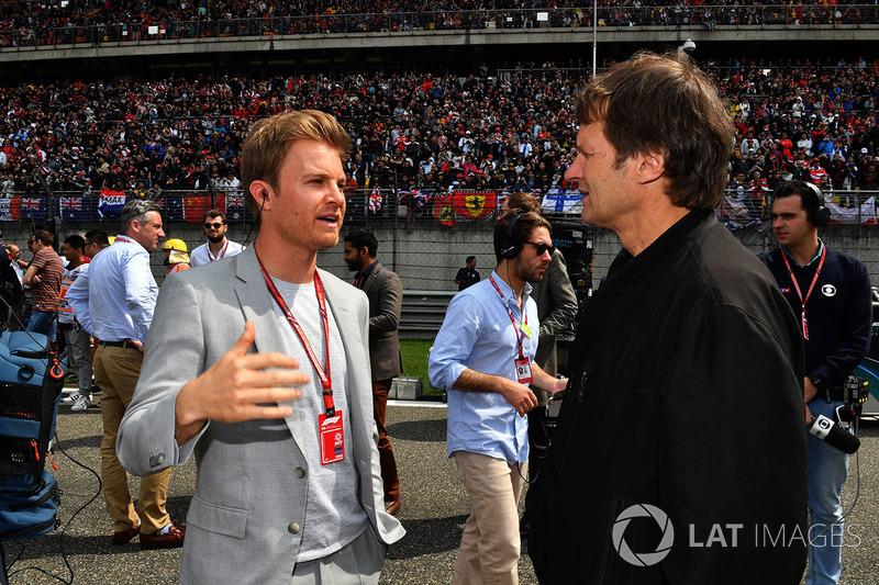 Nico Rosberg, ambassadeur Mercedes-Benz sur la grille avec le journaliste Michael Schmidt
