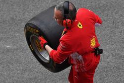 Meccanico Ferrari con uno pneumatico Pirelli
