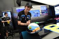 Francesco Bagnaia, Sky Racing Team VR46, firma un casco nel pre-gara