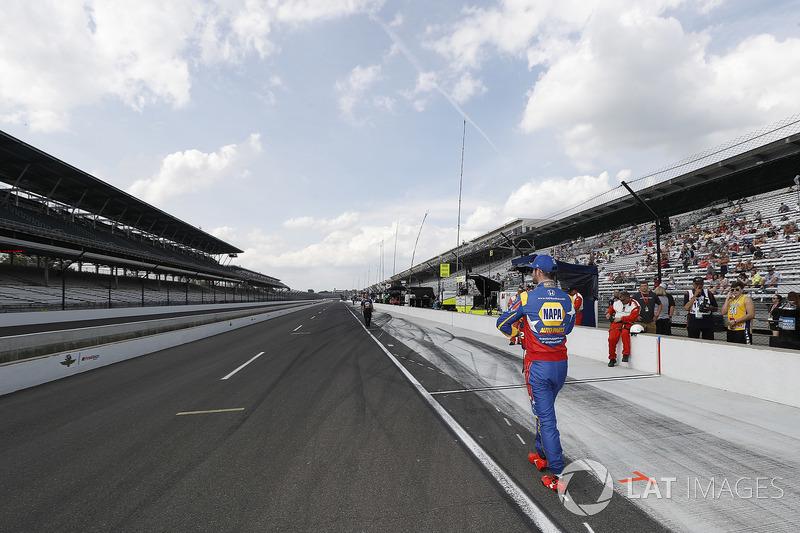 Alexander Rossi, Andretti Autosport Honda walks away after a poor qualifying run