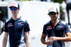 Daniil Kvyat, Scuderia Toro Rosso. ve Carlos Sainz Jr., Scuderia Toro Rosso
