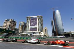Romain Grosjean, Haas F1 Team VF-17, Felipe Massa, Williams FW40 y Sebastian Vettel, Ferrari SF70H, salida del pit lane