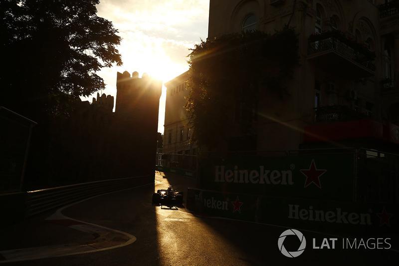 Ein Force India in den engen Gassen von Baku