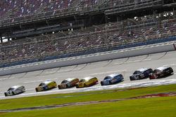 Brad Keselowski, Team Penske Ford precede un gruppetto di Ford