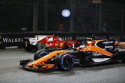 Стоффель Вандорн, McLaren MCL32Себастьян Феттель, Ferrari SF70H