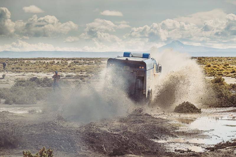 Met volle vaart door de modder