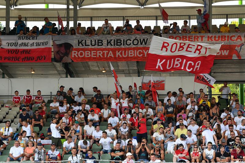 f1-hungaroring-august-testing-2017-fans-of-robert-kubica-renault-sport-f1-team