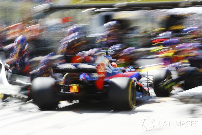 Daniil Kvyat, Scuderia Toro Rosso STR12, pit stop