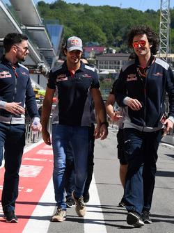 Carlos Sainz Jr., Scuderia Toro Rosso camina por el circuito