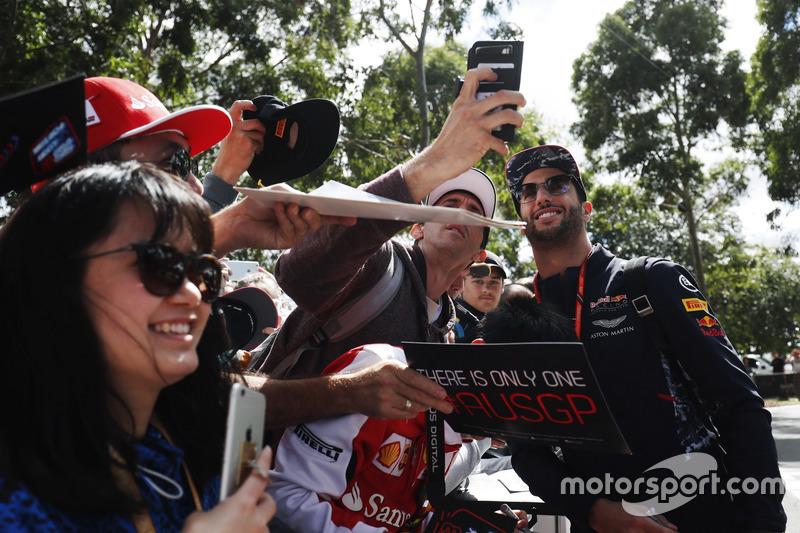 Daniel Ricciardo, Red Bull Racing, firma de autógrafos para los aficionados