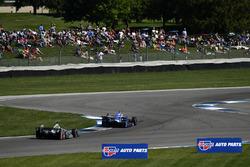 Tony Kanaan, Chip Ganassi Racing, Honda; Helio Castroneves, Team Penske, Chevrolet