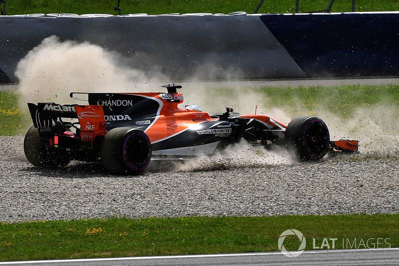 Fernando Alonso, McLaren MCL32 en tête-à-queue dans les graviers