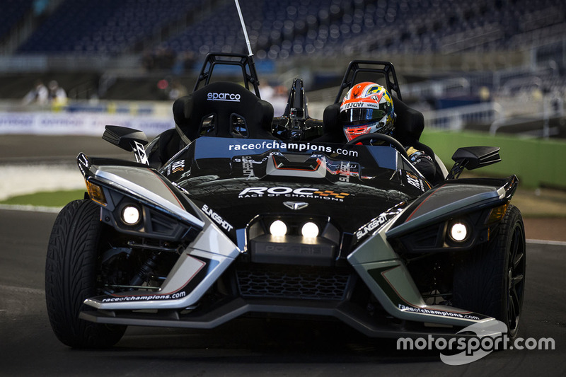James Hinchcliffe maneja el Polaris Slingshot SLR