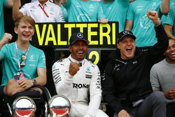 Race winner Lewis Hamilton, Mercedes AMG F1, celebrates with Billy Monger and the team
