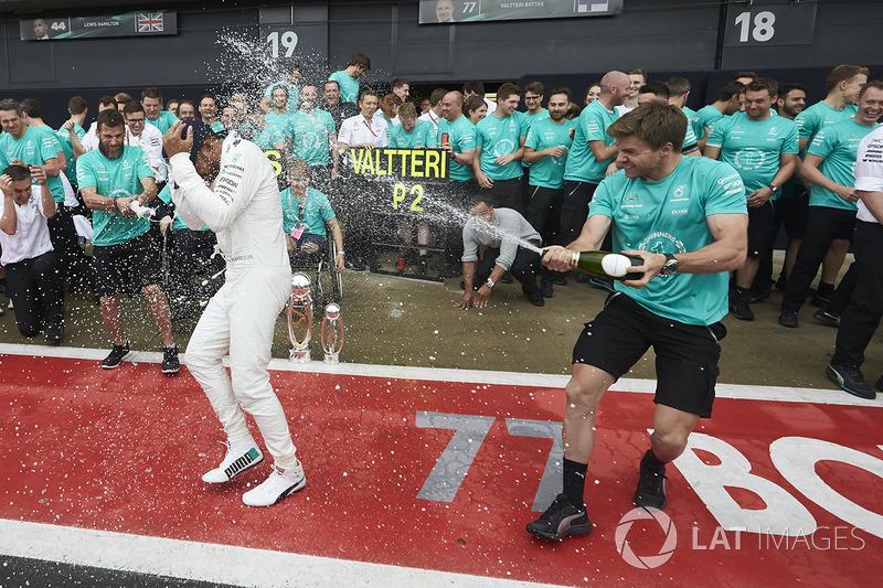 Carrera ganador Lewis Hamilton, Mercedes AMG F1 con su equipo después de ganar la carrera