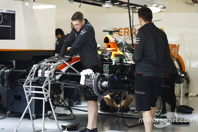 Les mécaniciens McLaren au travail