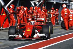 Kimi Raikkonen, Ferrari SF70H, quitte les stands