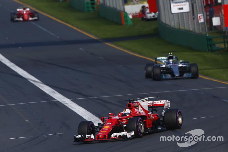 Sebastian Vettel, Ferrari SF70H, Valtteri Bottas, Mercedes AMG F1 W08 y Kimi Raikkonen, Ferrari SF70H