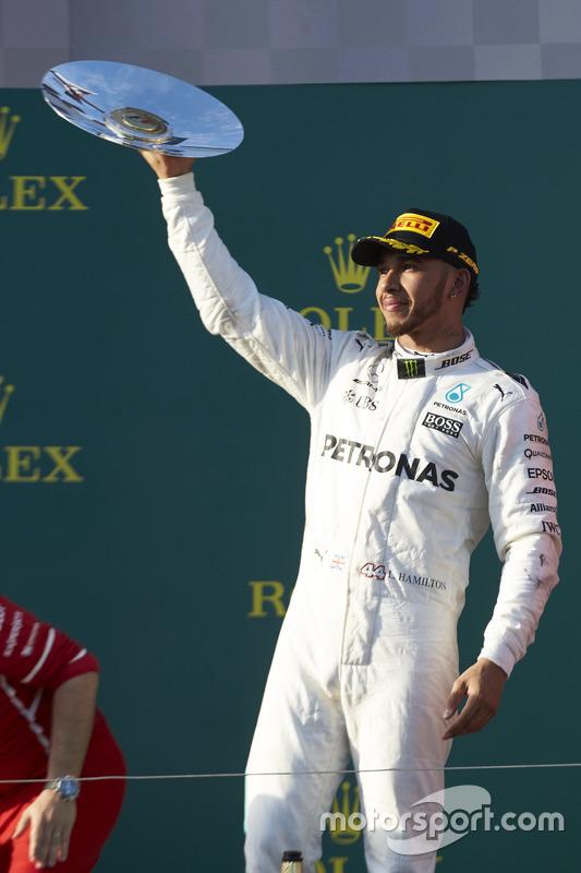 Podium: 2. Lewis Hamilton, Mercedes AMG, mit Trophäe