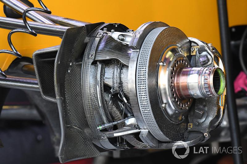 Renault Sport F1 Team RS17 detalle frontal de cubo de rueda y freno